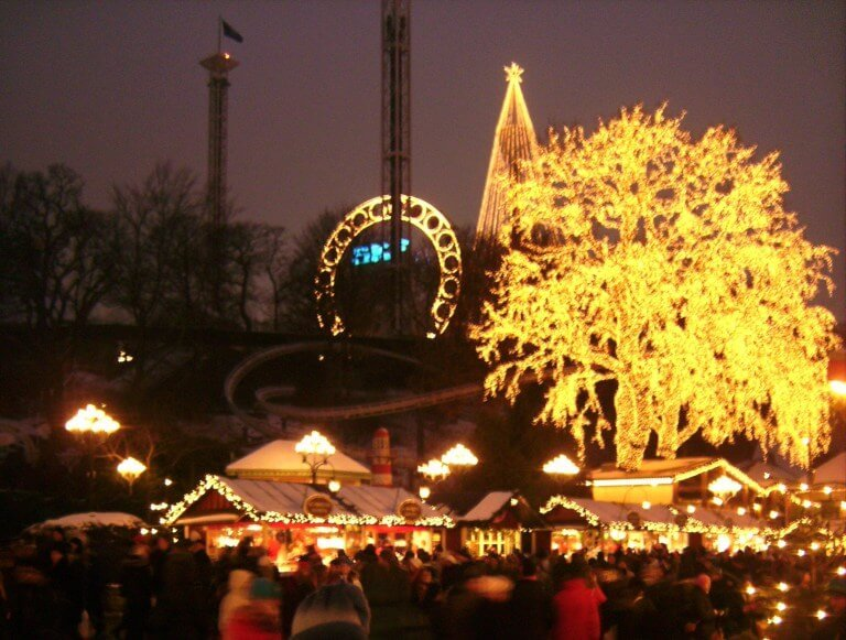 Mercadillo de navidad de Liseberg iluminado