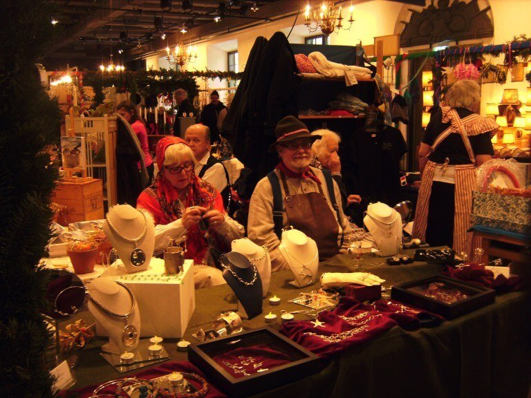 Pareja de abuelitos en el mercado de navidad de Khronuset