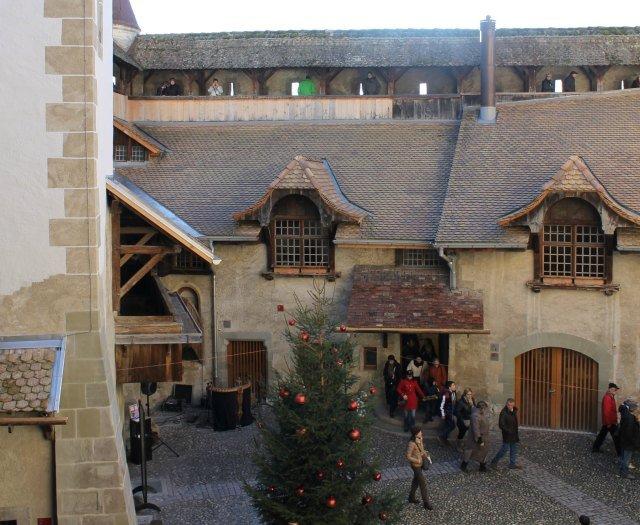 Árbol de Navidad en el patio del palacio
