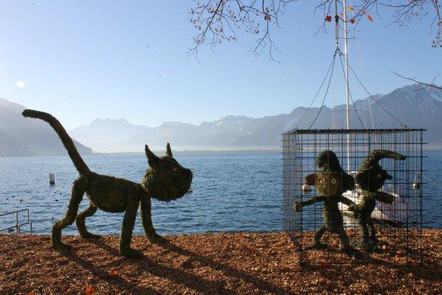 Figuras de Pitufos en hierba en Montreux