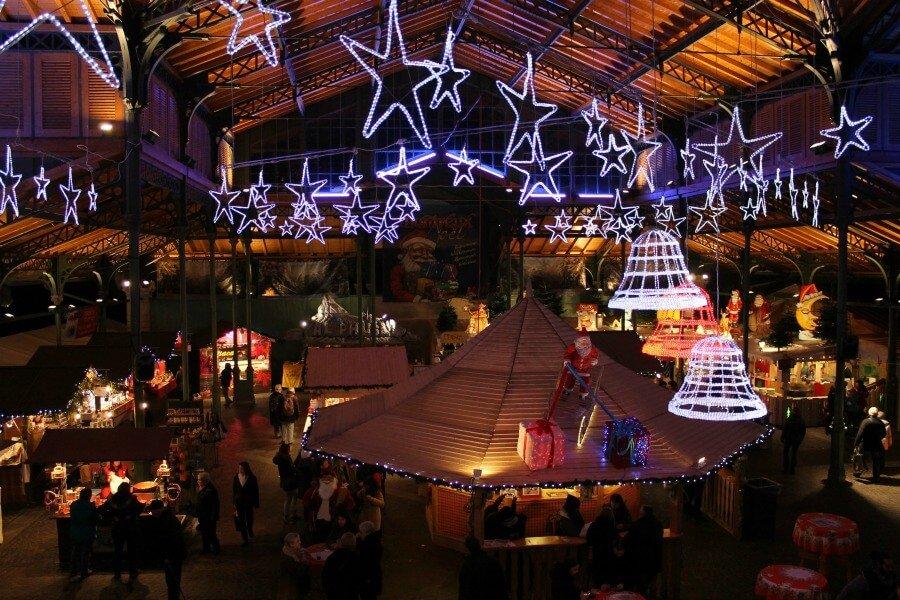 Luces navideñas en el mercado antiguo de Montreux