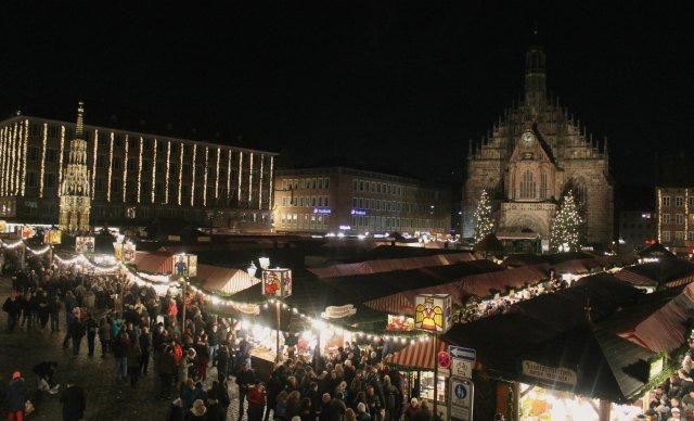 Mercadillo navideño de Núremberg de noche