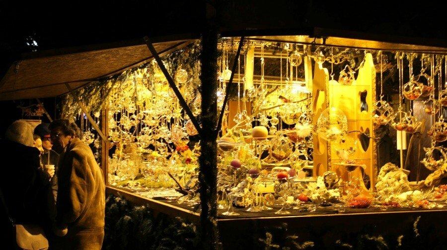 Puestecitos con decoración en el mercado navideño de Montreux