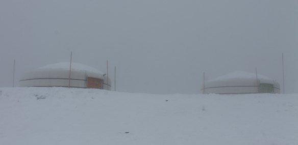 Yurts enterrados en nieve en Suiza