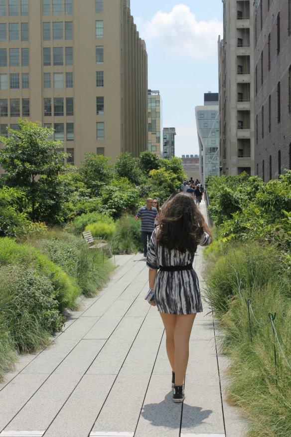 Claudia paseando en el High Line de Nueva York