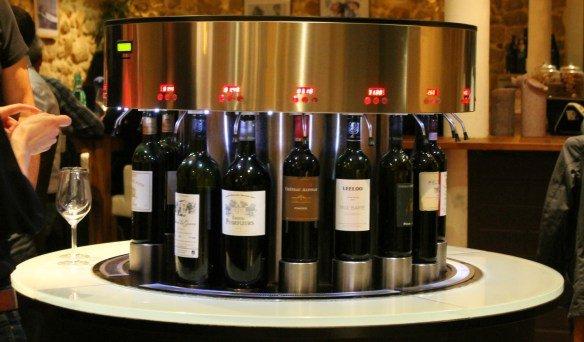 Mesas con botellas de vino en Burdeos