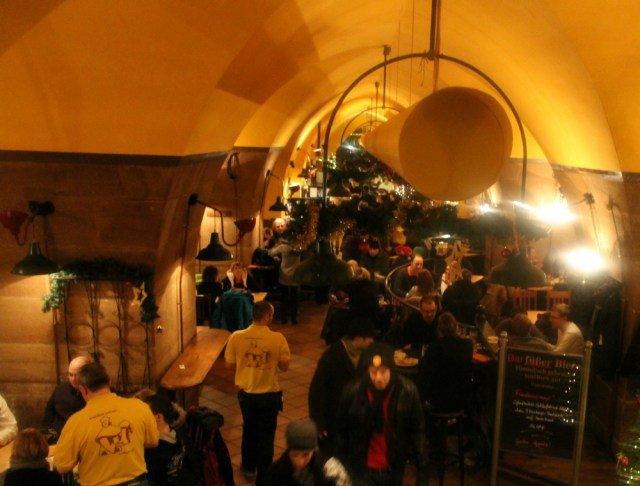 Mucha gente tomando cerveza en Núremberg