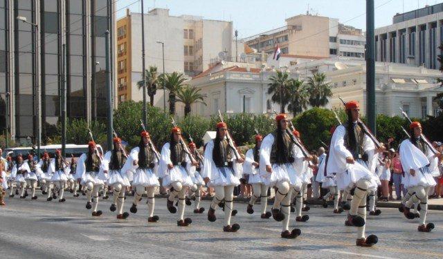 Desfile del domingo en el cambio de Guardia en Atenas