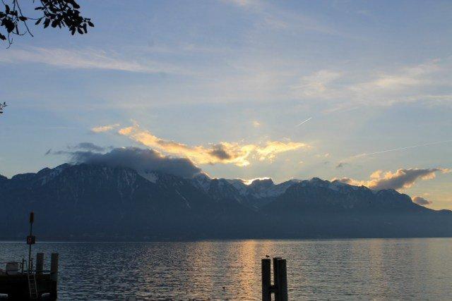 Montañas sobre el Lago Lemán en Suiza