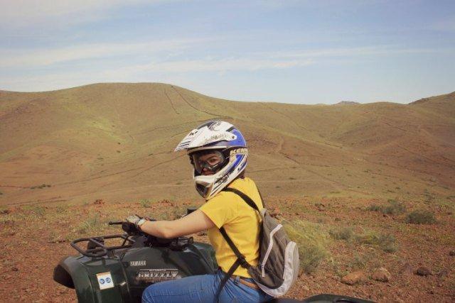 Claudia en quad por el desierto de Marruecos