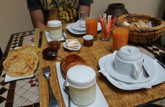 Desayuno típico marroquí en el riad