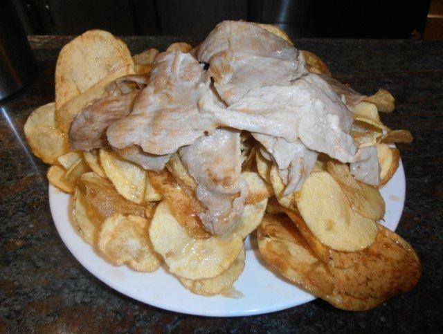 Tapa de cocodrilo con patatas fritas en Santiago