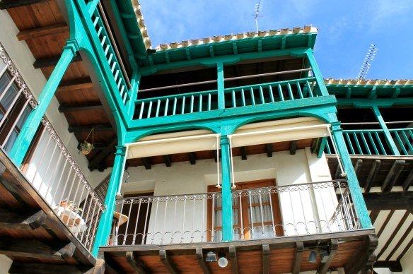 Balcones verdes en las casas de Chinchón