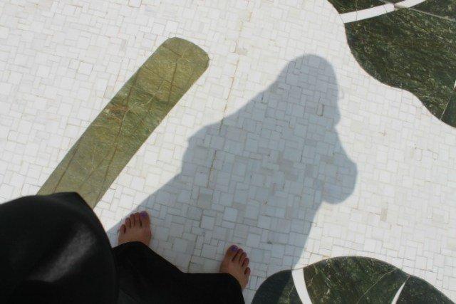 Claudia con la abaya en los Emiratos