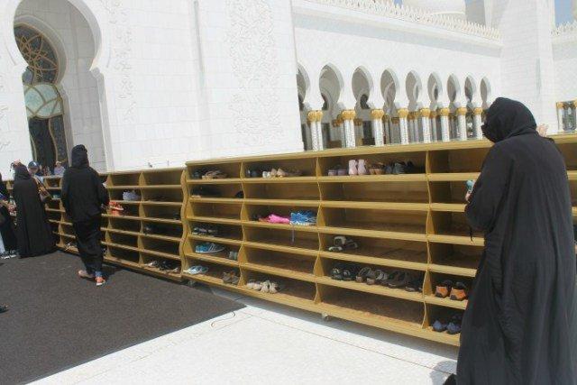 Descalzarse para entrar en la Mezquita de Abu Dhabi