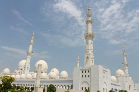 La Gran Mezquita de Abu Dhabi es blanca