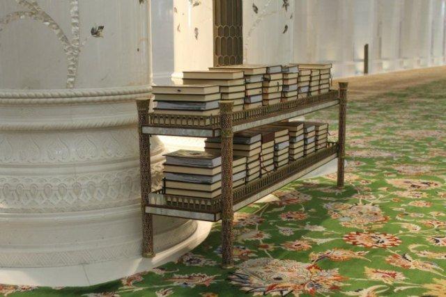 Libros del Corán en la Mezquita