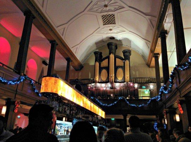 Interior del pub iglesia de Dublín