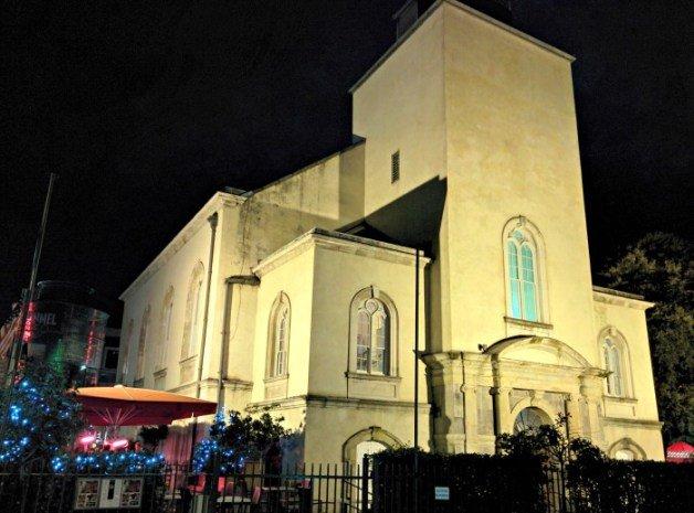 Pub dentro de una iglesia en Dublín