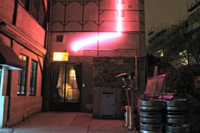 Neón rosa que indica la entrada al Comptoir Général