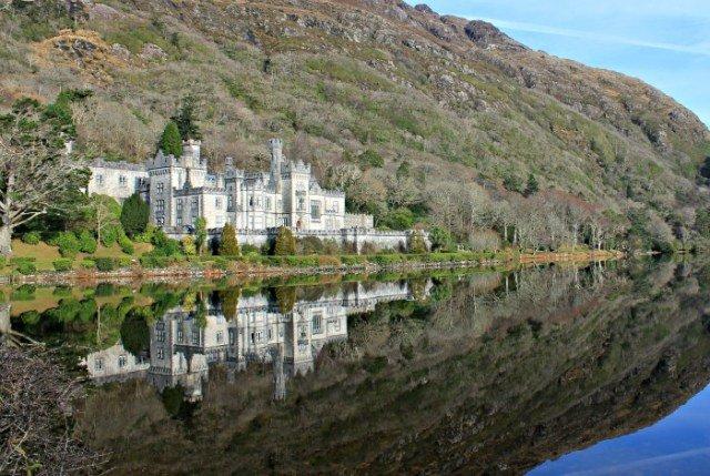 La Abadía Kylemore reflejada en el agua es espectacular