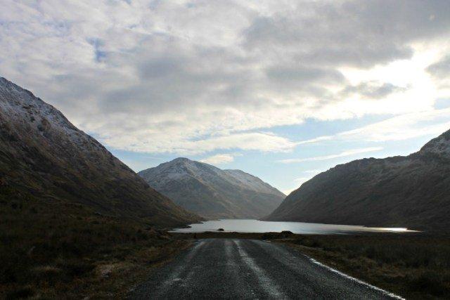 Lagos entre montañas en Irlanda en coche