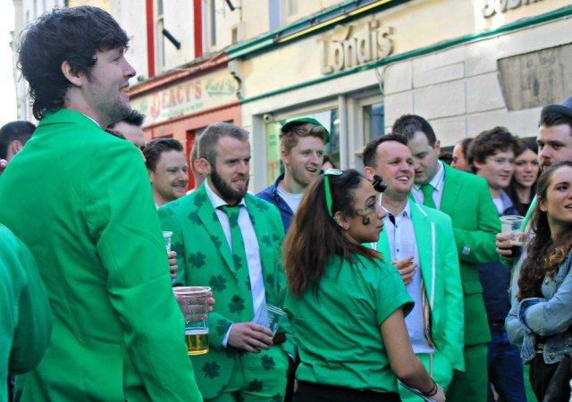 Traje de chaqueta de tréboles en Irlanda