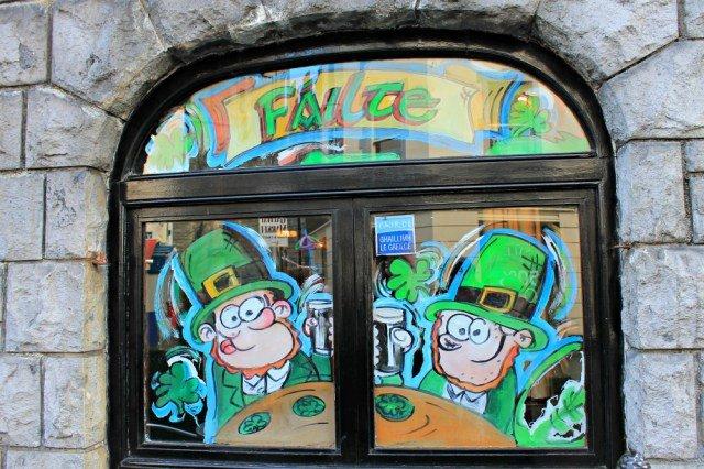 Ventanas con leprechauns en Galway