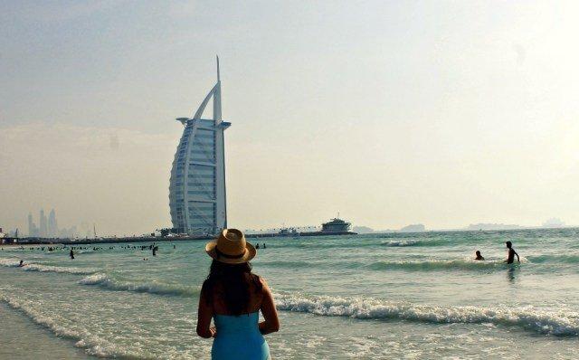Claudia en la playa de Dubái