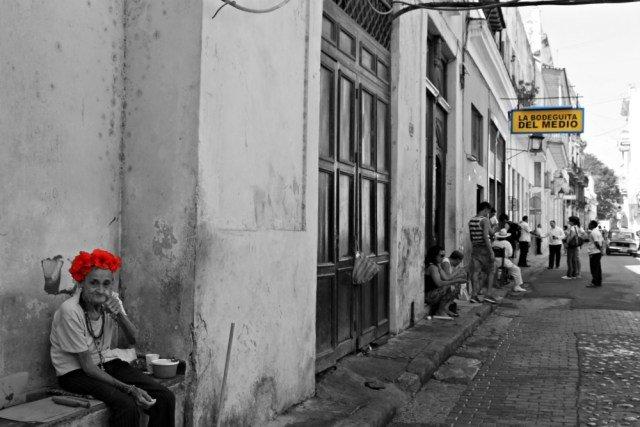 Señora vendiendo puros en La Habana