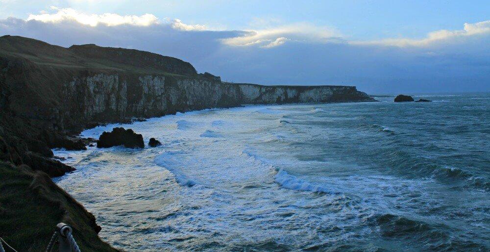 Agitadas aguas más allá del puente colgante de Irlanda