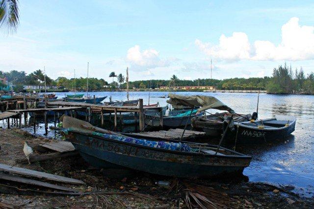 Barcas atracadas en Playa Larga Cuba
