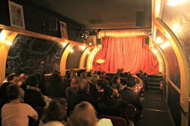 Cabaret en París en la bodega de un barco