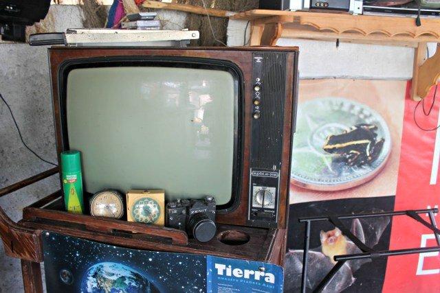 Camarera y televisor antiguo en Playa Larga