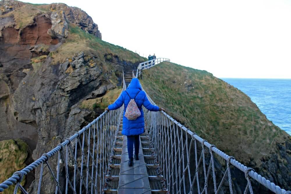 Claudia atravesando el Puente Colgante con las manos bien sujetas