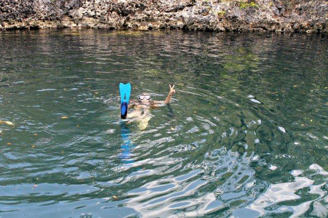 Claudia haciendo snorkel en el Cenote de los Peces