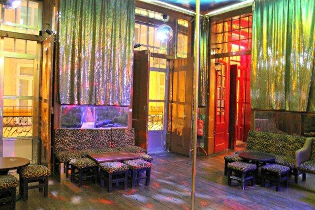 Sala con barra de pole dance en Lisboa