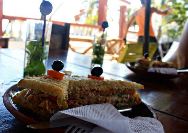 Sándwich de atún y mojito en Cuba