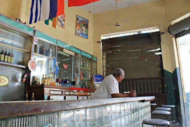 Camarero de los pequeños bares de Cuba