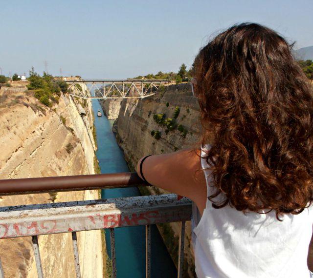 Claudia en el Canal de Corinto de Grecia