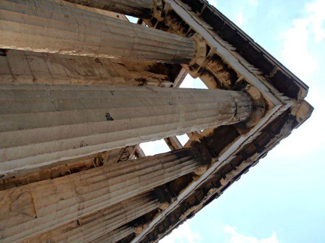 Las ennegrecidas columnas del Teseion