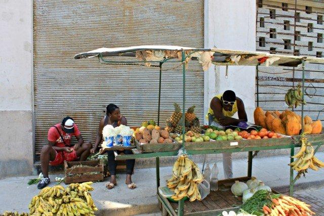 Frutero ambulante en Cuba
