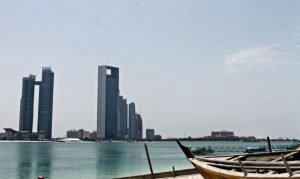 Playa y rascacielos de Abu Dhabi