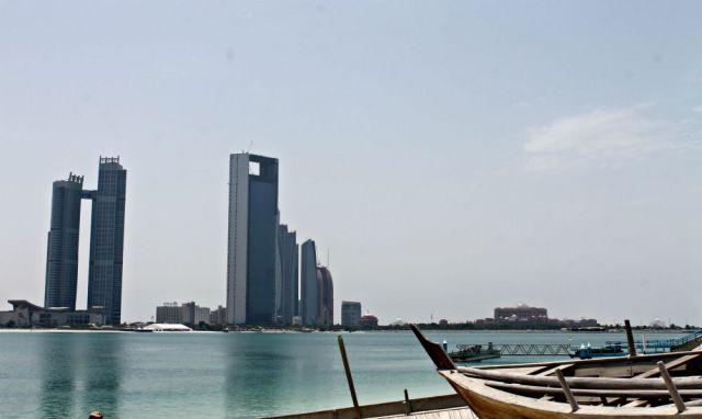 Playa y rascacielos de Abu Dhabi - Viajar a Emiratos