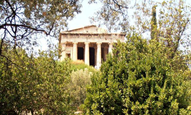 Teseion oculto entre árboles en Atenas