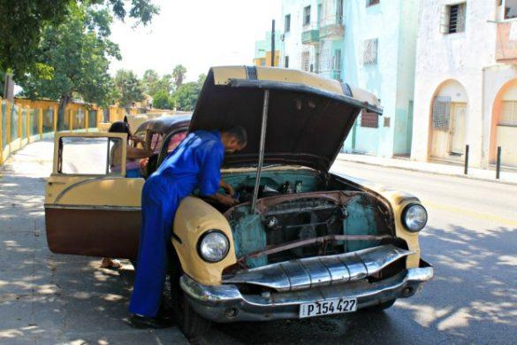Un mecánico de coches en Cuba