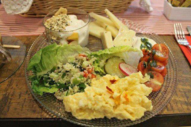 Plato principal del brunch vegetariano de Kök