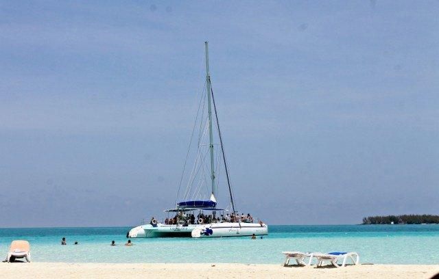 Catamarán en Cayo Guillermo