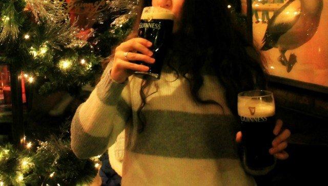 Claudia con las manos en la Guinness - Ruta por Irlanda