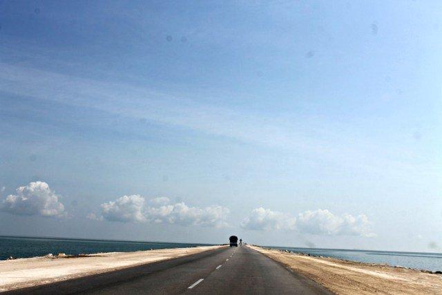 Pedraplén sobre el mar para llegar a los Cayos de Cuba